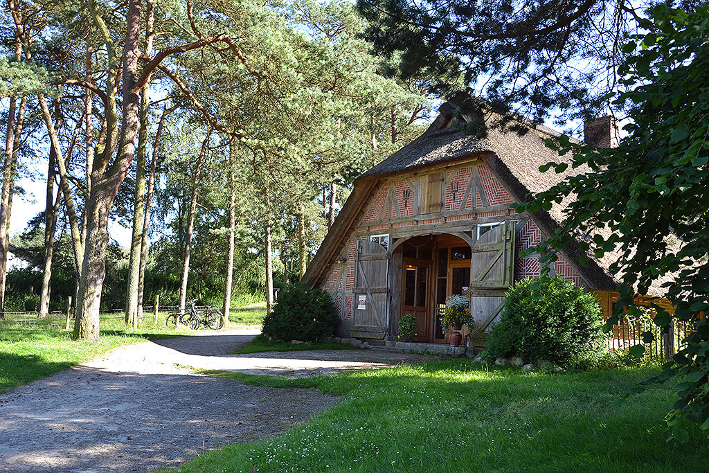 Schönes altes Fachwerkhaus mit Reetdach. Öffnet Seite: Die Region