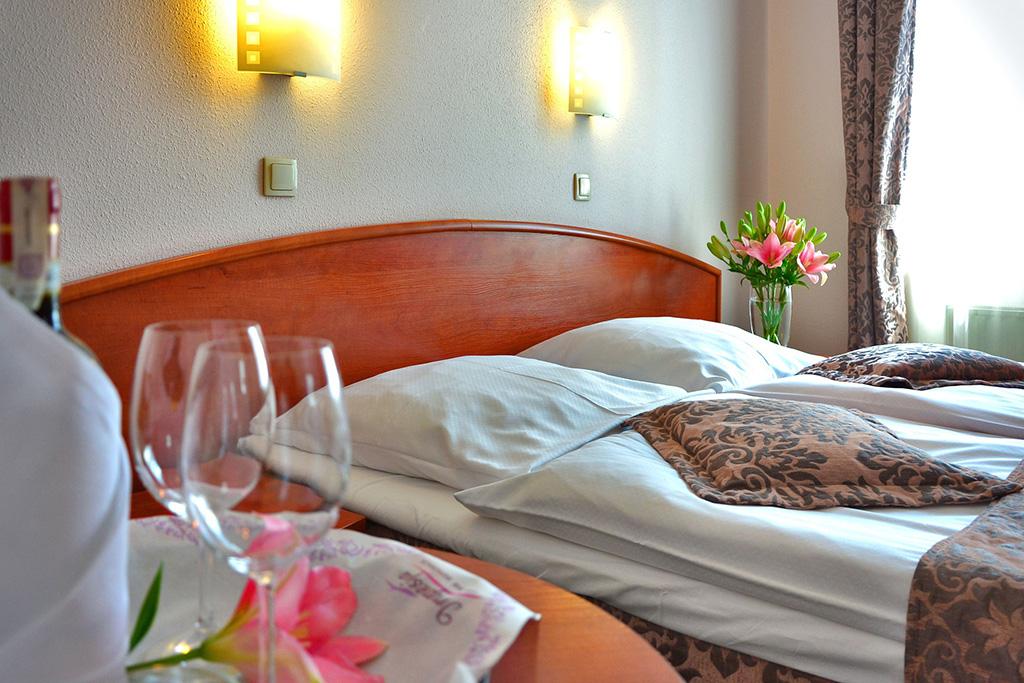 Einladendes Hotelzimmer mit Doppelbett. Öffnet Seite: Übernachten